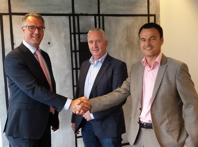 Richard Scheper, Ronald van Grunsven en Harry Viet sluiten de overeenkomst