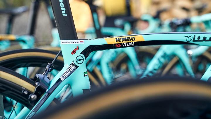 Ook de sportuitrusting is voorzien van het Visma-logo